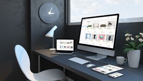 Espace de travail de bleu marine avec le site Web en ligne de magasin de dispositifs sensibles photo libre de droits