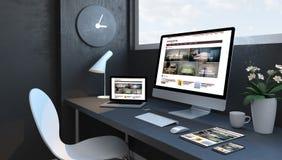 Espace de travail de bleu marine avec le site Web sensible de magazine de tendances de dispositifs photo libre de droits