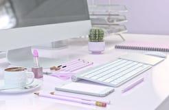 Espace de travail de bureau avec l'ordinateur, l'ensemble rose de papeterie, le smartphone et la tasse de café illustration 3D illustration libre de droits
