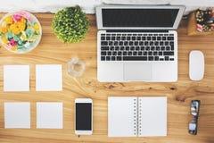 Espace de travail de bureau avec les dispositifs vides Image libre de droits