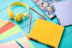 Espace de travail coloré avec l'espace de copie sur le fond en bois bleu Image libre de droits