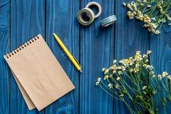 Espace de travail coloré avec le clavier, le carnet et les fleurs pour la maquette en bois bleue de vue supérieure de fond de siè Photographie stock