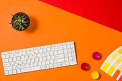 Espace de travail coloré d'ordinateur vu d'en haut Vue supérieure Image stock