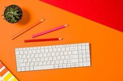 Espace de travail coloré d'ordinateur vu d'en haut Vue supérieure Photo libre de droits