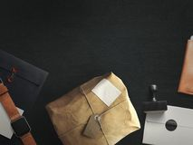 Espace de travail composé de colis postal avec l'enveloppe Vue supérieure Images libres de droits