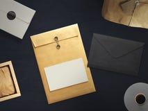 Espace de travail composé de colis postal avec l'enveloppe Vue supérieure Photographie stock libre de droits