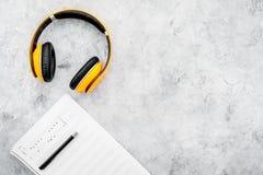 Espace de travail de compositeur ou du DJ avec les écouteurs et la maquette grise de vue supérieure de fond de notes Images libres de droits