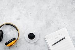 Espace de travail de compositeur ou du DJ avec les écouteurs et la maquette grise de vue supérieure de fond de notes Photo libre de droits