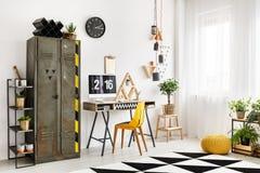 Espace de travail de concepteur avec l'étagère industrielle Photos stock