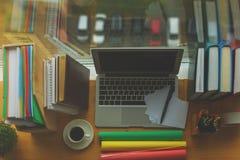 Espace de travail de concepteur avec le dessus vide d'ordinateur portable Image libre de droits