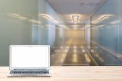 Espace de travail conceptuel ou concept d'affaires Ordinateur portable avec l'écran blanc vide sur la table en bois légère contre Photographie stock