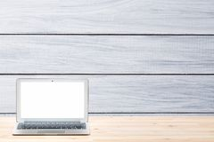 Espace de travail conceptuel ou concept d'affaires Ordinateur portable avec l'écran blanc vide sur la table en bois légère contre Image libre de droits