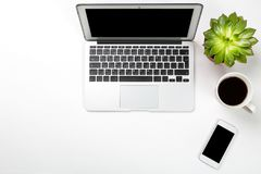 Espace de travail conceptuel ou concept d'affaires Ordinateur portable avec l'usine dans un pot, un téléphone portable et une tas Images stock
