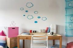 Espace de travail confortable dans la chambre d'étudiant Images stock