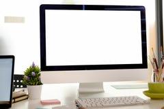Espace de travail contemporain avec l'ordinateur Photo stock