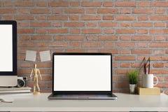 Espace de travail contemporain avec l'ordinateur portable Photos stock