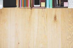 Espace de travail contemporain avec le comprimé et les approvisionnements Photo stock