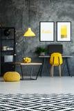 Espace de travail contemporain avec le pouf jaune Photos stock
