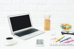 Espace de travail créatif avec des dispositifs Image libre de droits