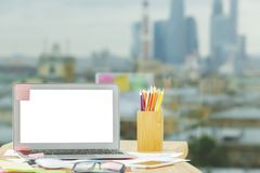 Espace de travail créatif avec l'ordinateur portable blanc vide Images stock