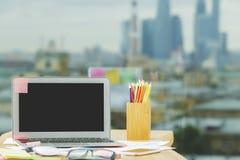Espace de travail créatif avec l'ordinateur portable vide Images libres de droits