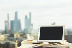 Espace de travail créatif avec l'ordinateur portable vide Photo libre de droits