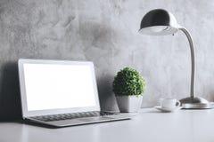 Espace de travail créatif avec l'ordinateur portable vide Photographie stock