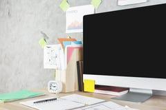Espace de travail créatif avec l'ordinateur vide Photo stock