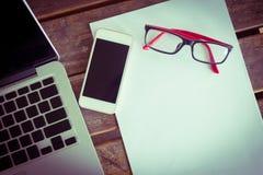 Espace de travail créatif avec le blanc et le téléphone portable de livre blanc Photographie stock libre de droits