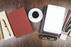 Espace de travail créatif avec le comprimé blanc vide Photo libre de droits