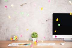 Espace de travail créatif avec le papier chiffonné Photos libres de droits