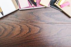 Espace de travail créatif avec les approvisionnements colorés Photo stock