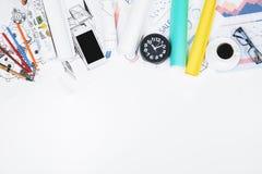 Espace de travail créatif de bureau avec le smarphone Images libres de droits