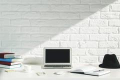 Espace de travail créatif de concepteur avec l'ordinateur portable Image libre de droits