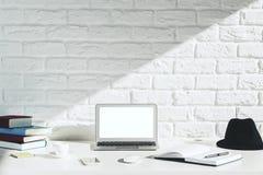 Espace de travail créatif de concepteur avec l'ordinateur portable blanc Photos libres de droits