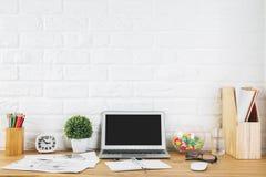 Espace de travail créatif de concepteur avec l'ordinateur portable vide Photo stock