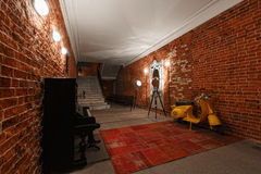 Espace de travail créatif industriel moderne escalier avec les murs de briques texturisés au grenier de grenier Photos stock