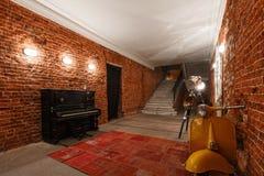 Espace de travail créatif industriel moderne escalier avec les murs de briques texturisés au grenier de grenier Photographie stock