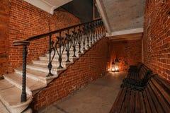 Espace de travail créatif industriel moderne escalier avec les murs de briques texturisés au grenier de grenier Photos libres de droits