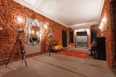 Espace de travail créatif industriel moderne escalier avec les murs de briques texturisés au grenier de grenier Image libre de droits