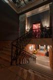 Espace de travail créatif industriel moderne escalier avec les murs de briques texturisés au grenier de grenier Images libres de droits
