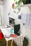 Espace de travail créatif moderne avec l'ordinateur et la chaise rouge. photo stock