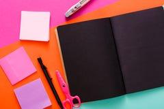 Espace de travail créatif moderne avec le bloc-notes noir élégant Images libres de droits