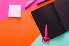 Espace de travail créatif moderne avec le bloc-notes noir élégant Photographie stock
