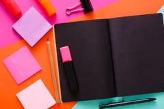 Espace de travail créatif moderne avec le bloc-notes noir élégant Photo stock