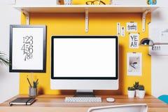 Espace de travail créatif moderne sur le mur jaune Image stock