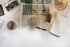 Espace de travail dénommé avec l'ordinateur portable Images stock