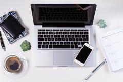 Espace de travail dénommé avec l'ordinateur portable Photos stock