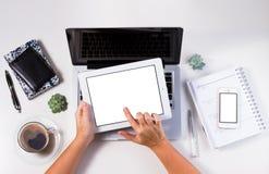 Espace de travail dénommé avec l'ordinateur portable Photo stock
