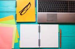 Espace de travail d'affaires avec l'espace de copie sur la table en bois bleue Vue supérieure et moquerie  Photos stock